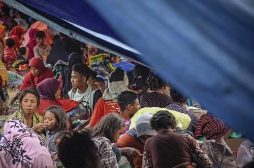Warga mengungsi di lapangan Desa Sajang, Lombok Timur, NTB,