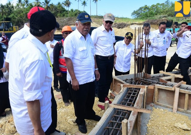 Menteri PUPR Basuki saat meninjau persiapan pembangunan pondasi rumah susun untuk sipir di Nusakambangan, Cilacap, Jawa Tengah. foto: dok. KemenPUPR