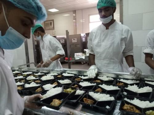 Pegawai katering Al Yassirah Al Arabia Co. for Catering sedang