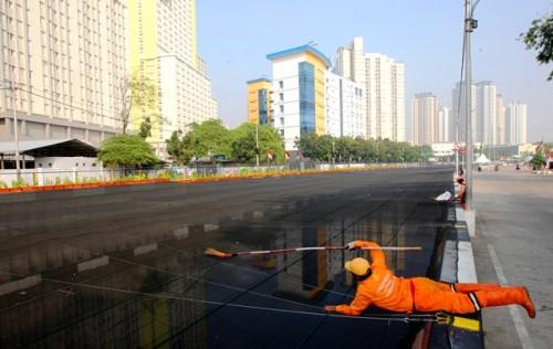 Petugas UPK Badan Air Dinas Lingkungan Hidup Provinsi DKI