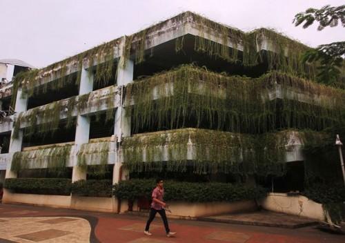 Gedung parkiran di Taman Menteng ini sempat sepi. Warga lebih