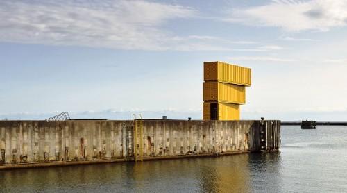 Diving pool di ujung dermaga ini bergaya desain khas Skandinavia