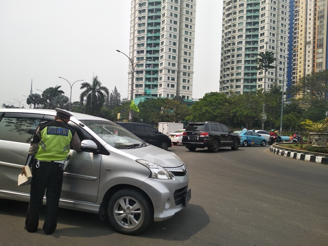 Pengendara mobil ditegur saat melanggar aturan ganjil genap di jalan Benyamin Sueb (Bundaran Angkasa- Kupingan Ancol), Pademangan, Jakarta Utara--Medcom.id/Muhammad Al Hasan.