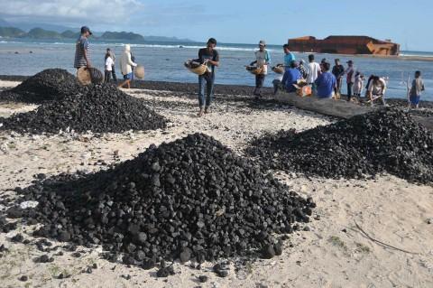 Nelayan Bersihkan Tumpahan Batu Bara di Pantai Aceh Besar