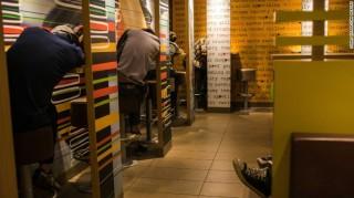 Kesepian, Warga Hong Kong Hobi Tidur di McDonalds