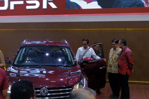 Jokowi saat mencoba masuk ke kabin Glory 580. DFSK