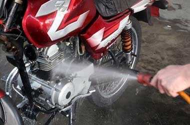 Perhatikan bagian sensitif air saat cuci motor biar gak mogok.