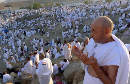 Ribuan umat muslim berdoa di Jabal Rahmah, saat wukuf di padang