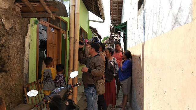 Suasana kediaman terduga teroris, Wahludi di Kelurahan Pelutan, Kecamatan Pemalang, Kabupaten Pemalang, Jawa Tengah, yang digeledah tim Densus 88 Antiteror. Foto: Kuntoro Tayubi/Medcom.id