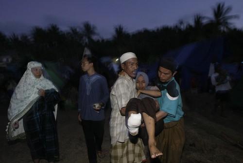 Seorang pengungsi korban gempa Lombok dievakuasi karena