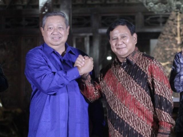 Ketua Umum Partai Demokrat Susilo Bambang Yudhoyono (kiri) berjabat tangan dengan Ketua Umum Partai Gerindra Prabowo Subianto (kanan) seusai melakukan pertemuan di Kediaman SBY di Cikeas, Bogor, Jawa Barat. (Foto: MI/Arizona)
