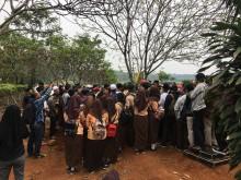 Sejumlah Rekan Sekolah Mengiringi Pemakaman AF