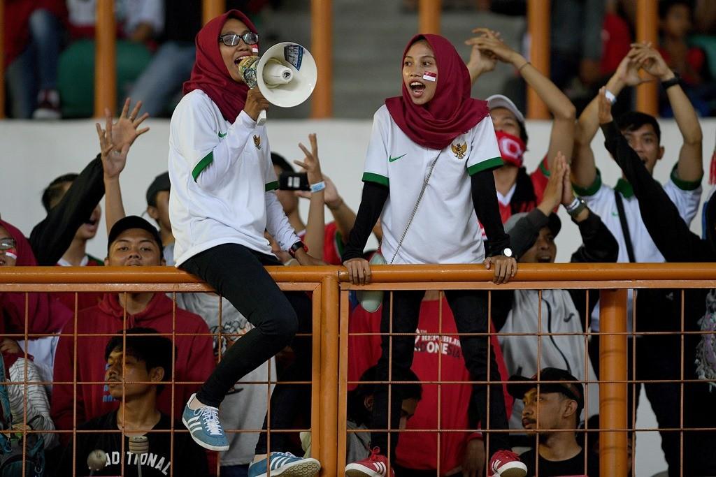 Suporter memberikan dukungan saat Timnas Indonesia (Foto: ANTARA FOTO/Sigid Kurniawan)