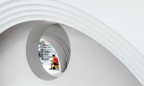 Tidak ada sudut tajam tajam dalam toko buku yang interiornya