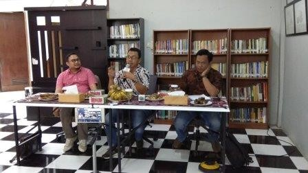 Pengamat Hukum KoDe Inisiatif, Veri Junaidi (kiri) saat berdiskusi di Kantor Populi Center, Slipi, Jakarta Barat. - Foto: Medcom.id/Fachri Audhia Hafiez