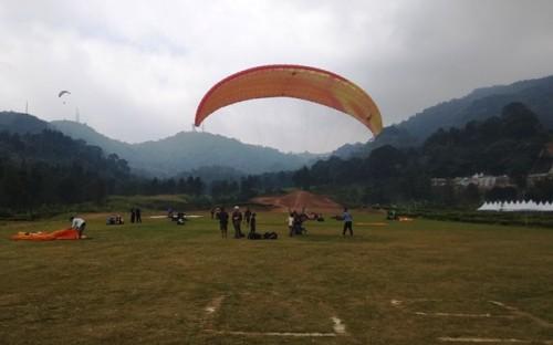 Tim paralayang saat berlatih di kawasan Puncak, Bogor, Jawa