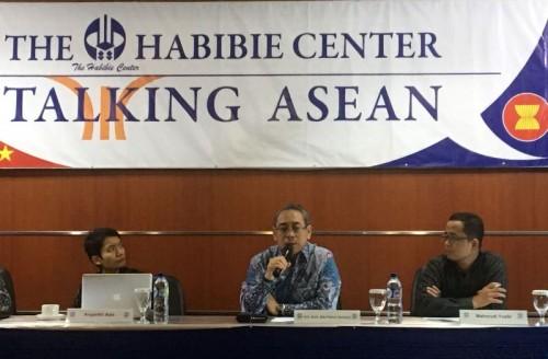 Wakil Tetap RI untuk ASEAN, Ade Padmo Sarwono (tengah) (Foto: