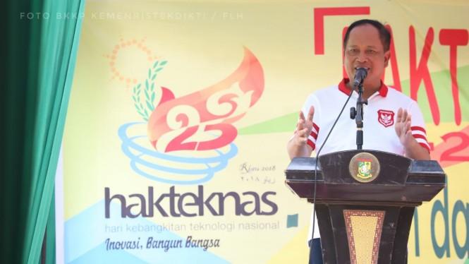 Menristekdikti, Mohamad Nasir di acara Bakti Inovasi: Tanam dan Panen Perdana Padi di Kecamatan Pulau Tinggi, Kabupaten Kampar, Humas Kemenristekdikti/Fatimah Larasati Harahap.