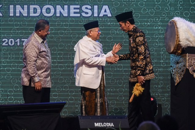 Presiden Joko Widodo (kanan) berjabat tangan dengan Ketua MUI Ma'ruf Amin (tengah) saat pembukaan Kongres Ekonomi Umat 2017 di Jakarta, Sabtu (22/4). Foto: Antara/Hafidz Mubarak