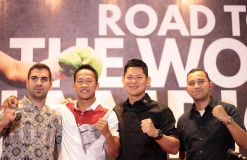 Daud Yordan (kedua dari kiri) bersama promotor dari Mahkota