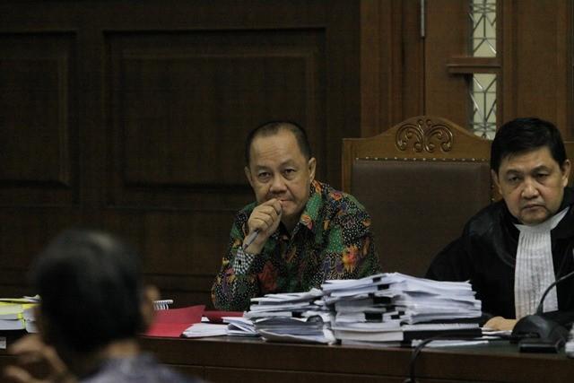 erdakwa kasus penerbitan Surat Keterangan Lunas (SKL) BLBI Syafruddin Arsyad Temenggung (kiri) menjalani sidang lanjutan di Pengadilan Tipikor, Jakarta, Kamis (9/8). Foto: Antara/Reno Esnir