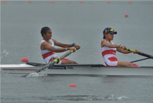 Atlet dayung putri Indonesia Chelsea Corputty dan Wa Ode Fitri