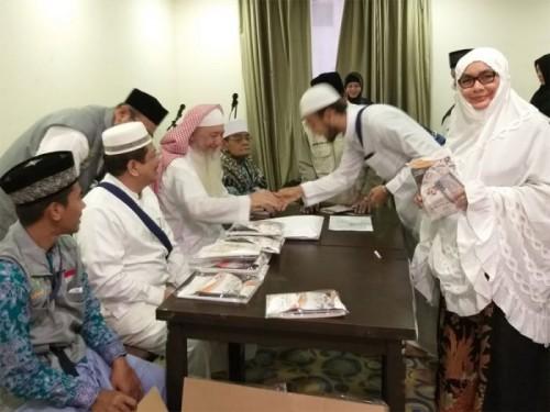 Pemberian dana wakaf Baitul Asyi kepada Calhah asal Aceh/Media