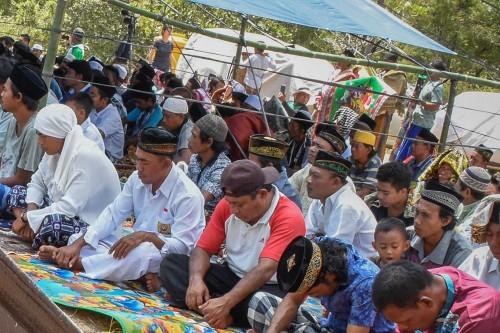 Korban Gempa Lombok Salat Jumat di Pengungsian