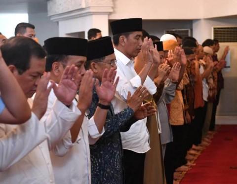 Presiden Jokowi dan Wakil Presiden Jusuf Kalla salat Gaib. Foto: