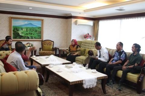 Wakil Ketua DPD RI, Prof. Dr. Ir. Hj. Darmayanti Lubis menerima