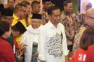 Bakal pasangan calon presiden dan wakil presiden Joko Widodo (kanan) dan Ma'ruf Amin (kiri) tiba di lokasi pendaftaran calon presiden dan wakil presiden di Kantor KPU, Jakarta. (Foto: ANTARA/Akbar Nugroho Gumay)