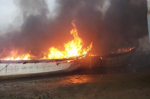 Kapal yang terbakar di dermaga di Sungai Silugonggo Juwana