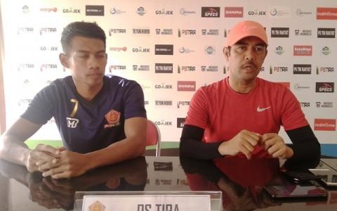 Nil Maizar (kanan) ingin timnya waspadaisemua pemain