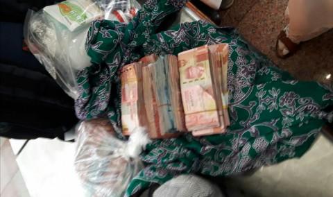 Bawa Uang Ratusan Juta, Jemaah Tertahan di Bandara Jedah