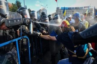 Puluhan Ribu Demonstran Rumania Bentrok dengan Polisi