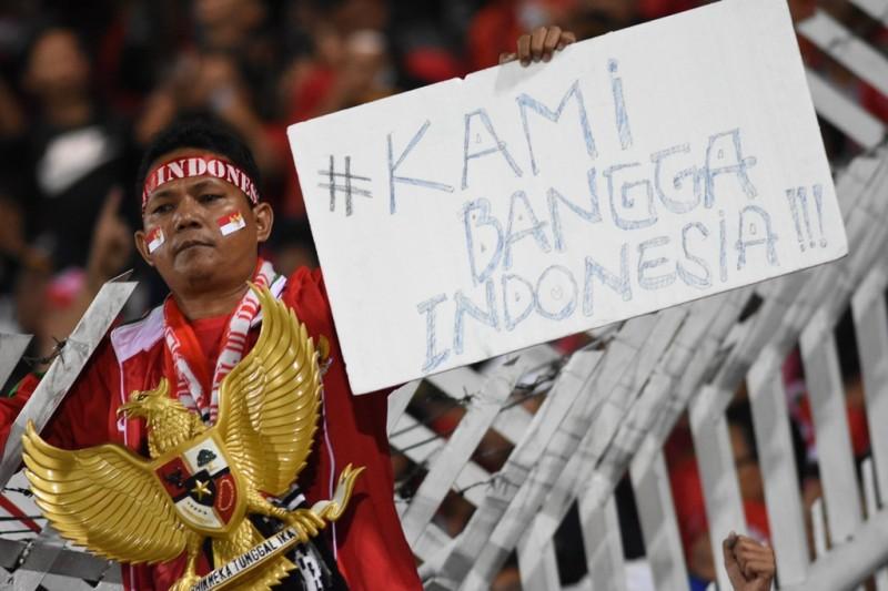 Penonton memberikan dukungan untuk Timnas Indonesia U-16 ketika melawan Malaysia U-16 pada laga semifinal Piala AFF U-16 di Stadion Gelora Delta Sidoarjo, Jawa Timur, Kamis (9/8). Indonesia U-16 menang atas Malaysia U-16 dengan skor 1-0. ANTARA FOTO/M Ris