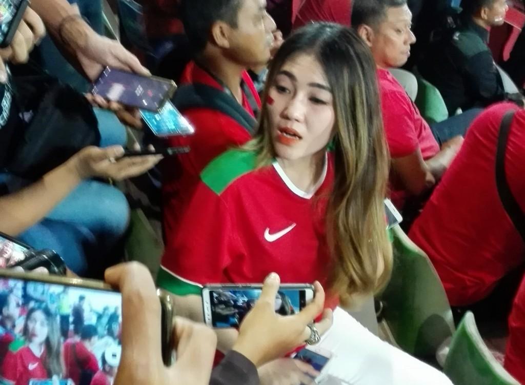 Penyanyi Via Vallen saat diwawancarai pada jeda pertandingan final Piala AFF antara Indonesia vs Thailand. (Foto: A. Firdaus/Medcom.id)