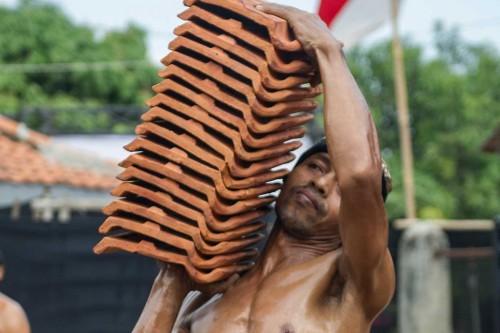 Buruh Genteng Ikuti Kontes Binaraga Jebor Jatiwangi