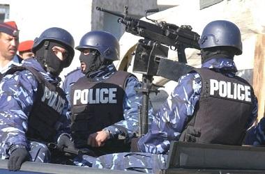 Sekelompok polisi Yordania menaiki mobil bersenjata api. (Foto: