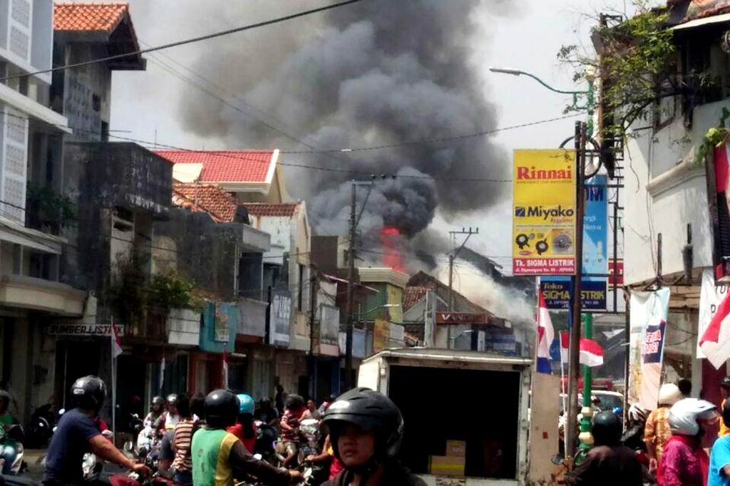 Apotek Prayogi di Jalan Diponegoro Jepara, terbakar, Minggu siang, 12 Agustus 2018.