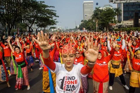 Ribuan warga mengikuti gerakan tarian daerah dalam acara