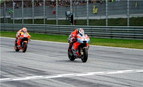 Jorge Lorenzo (depan) diikuti Marc Marquez dengan jarak 0,13