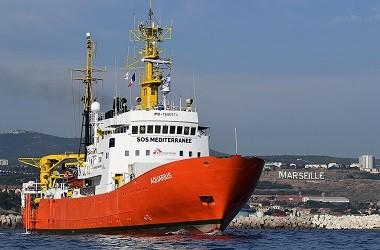 Kapal Aquarius meninggalkan pelabuhan Marseille, Prancis, 1