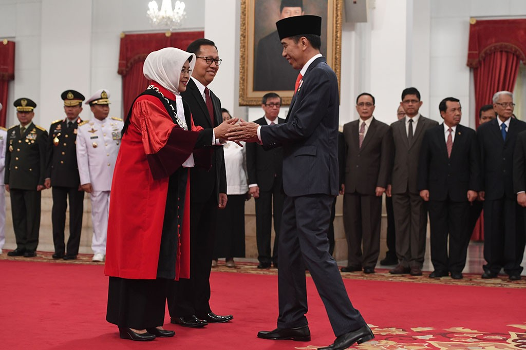 Jokowi Lantik Enny Nurbaningsih Jadi Hakim MK