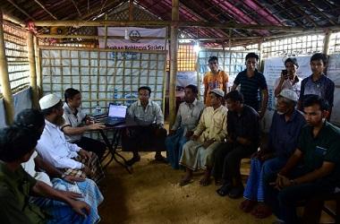 Sekelompok Rohingya berkumpul untuk dimintai keterangannya di