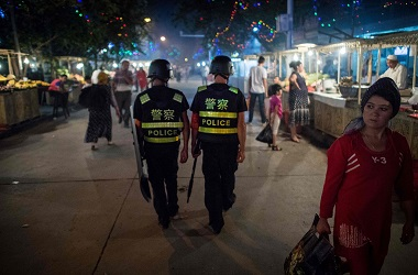 Polisi berpatroli di Xinjiang, Tiongkok, 25 Juni 2017. (Foto: