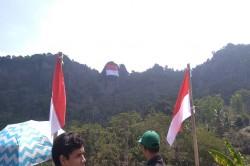 Bendera Berbobot 200 Kg Dibentangkan di Gunung Api Purba