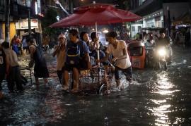 Banjir Lumpuhkan Manila, Puluhan Ribu Orang Mengungsi
