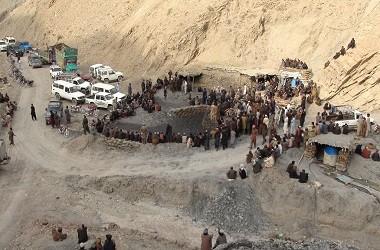 Para pekerja berkumpul di sebuah tambang yang runtuh di