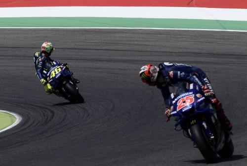 Valntino Rossi (belakang) dan Maverick Vinales (depan) (Foto: